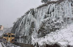 JR千畳敷駅の冬の風物詩として知られる氷のカーテン=13日午後1時21分、深浦町