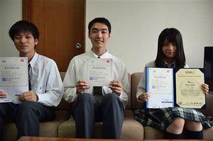 「塾長ら先生方のおかげで英検1級に合格できた」と語る三上さん(中)。準1級の相澤さん(左)、小田桐さん(右)も学校全体のサポートに感謝した