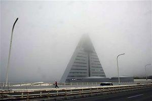 濃い霧に包まれた青森市内=18日午後0時6分、青森ベイブリッジ