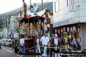 勇壮な「船山」が地区を練り歩いた大湊祭り=10日午後
