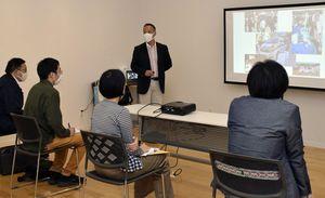 八戸工大の医工連携の取り組みを説明する浅川准教授=八戸市、はっち