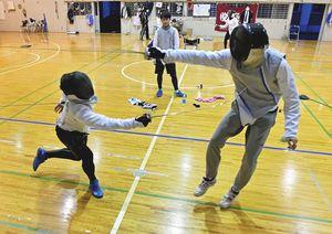 日々の練習で技を磨き合う青北今別フェンシング部の部員たち