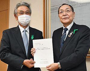 青山副知事(右)に要望書を手渡す本間副会長