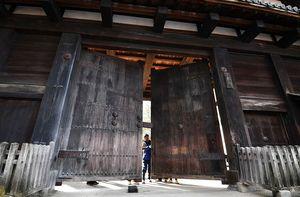 花見客の密集による新型コロナウイルス感染拡大を防ぐため、弘前公園が10日、完全閉鎖された。普段は開いたままの重厚な門扉が閉ざされた=10日午後3時すぎ、東門