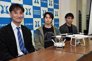 浅所海岸のハクチョウとコアマモの調査に取り組む(左から)田中教授、小泉さん、佐藤さん
