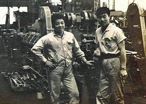 上京後、工場で働いていた当時の佐藤さん(右)(本人提供)