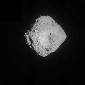 JAXAが11日午前6時56分に受信した、2回目の着陸に向け降下を続けるはやぶさ2が捉えた小惑星りゅうぐう。上空約1キロから(JAXA提供)