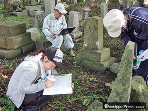 墓石の調査風景。1基1基に当たる長年の地道な作業の蓄積が、江戸時代の社会を浮き彫りにした=2007年9月、北海道松前町(関根教授提供)