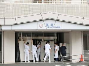 済生会有田病院でついたてを設置する関係者=16日午後、和歌山県湯浅町