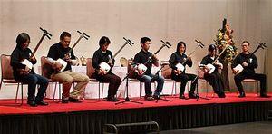 団体の部で優勝した「津軽三味線 黒澤会」=黒石市の津軽伝承工芸館