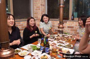 カン・ヨンシムさん(左)、カン・ジヒさん(左から2人目)らと楽しく語らった夕食懇親会