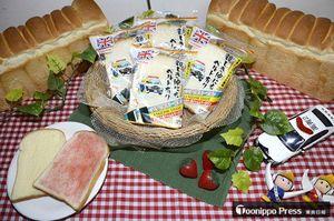 県警とコラボした工藤パン(青森市)の看板商品「イギリストースト」。パッケージにはシートベルト着用を促す標語や県警のマスコットキャラクター「アピーくん」が登場している