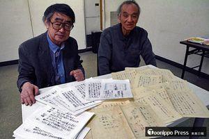 お蔵入りしたままになっていた脚本を初放送するにあたり、伊奈さんが永さんの原案に脚色を加えた。永さんの直筆原稿と放送用の原稿を前にする高木さん(右)と伊奈さん