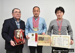 県対抗部門で初優勝を果たした(左から)齊藤さん、楢舘さん、熊野さん