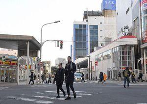 中三青森店(中央奥)が面する昭和通りと新町通りが交わる交差点。中心街の商業関係者は、新町2地区の再開発計画に期待を寄せる=25日午後
