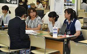 県内企業が数多く出展した合同企業説明会=16日、青森市