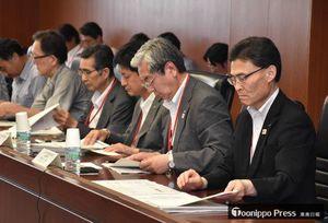 青函共用走行区間の高速化について検討する本県関係の委員ら=12日、国土交通省