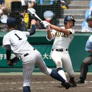 明石商―八戸学院光星 5回表八戸学院光星無死、東が左中間にこの試合2本目となる本塁打を放つ。投手福谷=甲子園