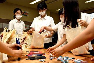 子ども食堂でお菓子も 高校生ら袋詰め