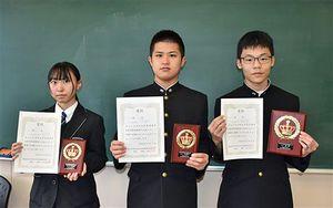 団体戦に出場する(右から)葛西さん、二又さん、木村さん