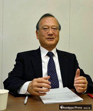 再処理機構発足1年でインタビューに応じる井上理事長=4日、青森市