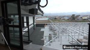 村役場4階に新設する展望デッキの工事現場。奥に見えるのが田んぼアートの第1会場