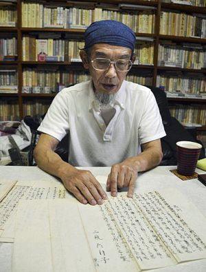 会津藩士への弔辞を自宅で発見した藩士子孫の小池純一さん=7月、仙台市