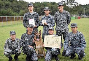 防衛大臣表彰を受けた警備犬サン号(中央)と、第3航空団警備小隊の訓練士ら