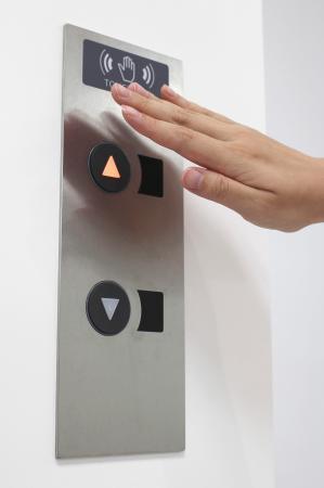 ボタンに触れずエレベーター操作