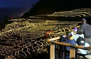 LEDでライトアップされた石川県輪島市の「白米千枚田」=19日夕
