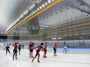 オープンから1年間で約18万人が利用した屋内スケート場=24日、八戸市