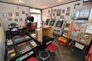 懐かしのゲームや駄菓子コーナーが並ぶ「レトロゲーム秘密基地」の店内