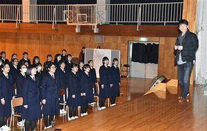 北山さん(右)を前に校歌を歌う八戸高の生徒