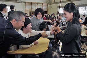 小山さん(右)のバイオリンに触れる児童生徒ら