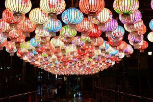 七色の提灯の明かりが色鮮やかな平賀駅前広場