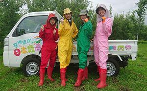 リンゴ作りの勉強に意欲を見せるりんご娘の(左から)ジョナゴールドさん、ときさん、王林さん、彩香さん。ウェブ番組をPRする軽トラックは4人でデザインした=5日、弘前市船沢地区のリンゴ園地