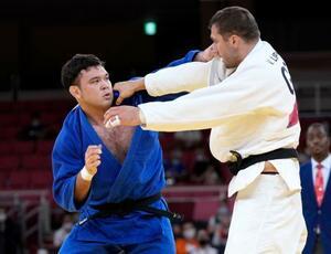 準決勝のウルフ・アロン(左)=日本武道館