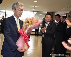 市職員らの拍手の中、市長室へと向かう桜田市長=16日午前9時すぎ、弘前市役所
