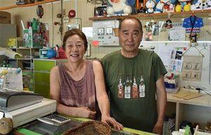 坪内勝伸さん(右)、すみえさん夫妻。2008年に経営を引き継ぎ、10年以上温泉を守ってきた