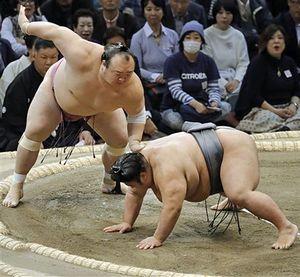 【○宝富士-貴景勝●】宝富士(左)は突き、押しを繰り出す貴景勝を突き落とし勝利