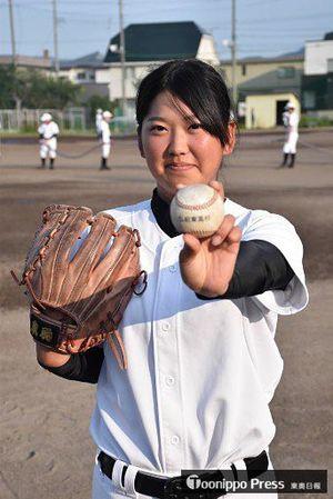 全国高校野球選手権青森大会の開会式で、行進の先導役を担う弘前東高3年の佐々木桃子さん