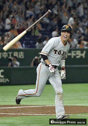 【巨人−ヤクルト9回戦】8回1死二塁、左越えに2ランを放った坂本勇=東京ドーム