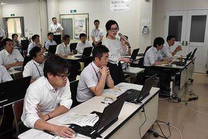 日本気象協会の担当者(中央)の説明を聴き、土砂災害警戒時の対応を学ぶ出席者