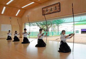 「祝射」を行う弓道部の2年生
