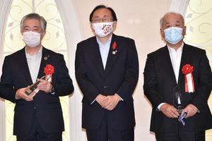 授賞式に臨む奈良社長(左)と佐々木社長(右)