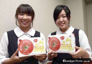 パッケージデザインを担当したトマトケーキをPRするASCのメンバー