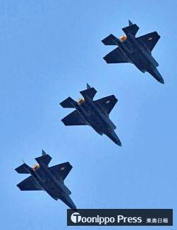 3機の編隊を組み三沢基地上空に現れたF35A=28日午後5時5分