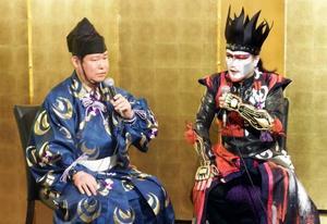 襲名披露祝賀会でデーモン閣下(右)とトークショーを行う第41代式守伊之助=11日、東京都内のホテル