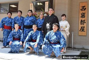 部屋開き前に弟子らと記念写真に納まる西岩親方(後列右から2人目)=30日、東京都台東区