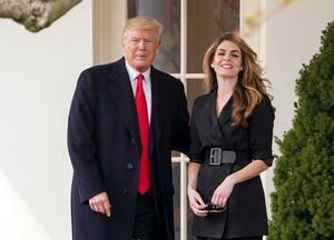 トランプ米大統領(左)とホワイトハウス広報部長(当時)のヒックス氏=2018年3月、ワシントン(AP=共同)